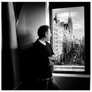 Revolver(Carlos J. Goñi) foto usada como parte del libreto interior de su nuevo disco CAPITOL .Se hizo la sesion de fotos en el Htel Capitol de Madrid Foto/Domingo J. Casas